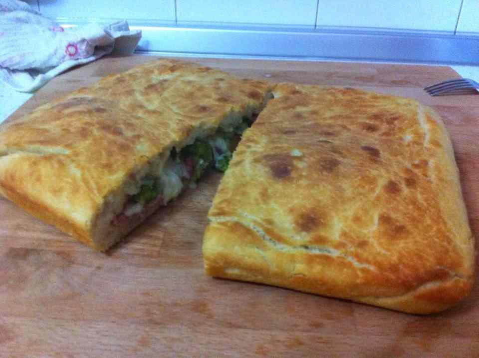 Ricetta: Pizza con asparagi, salame e formaggio caprino