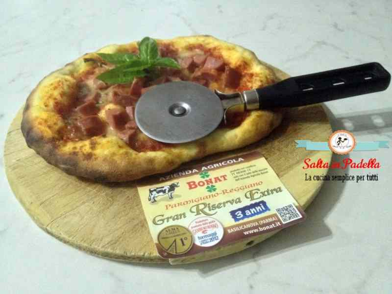 Pizzetta con wurstel e Parmigiano Reggiano