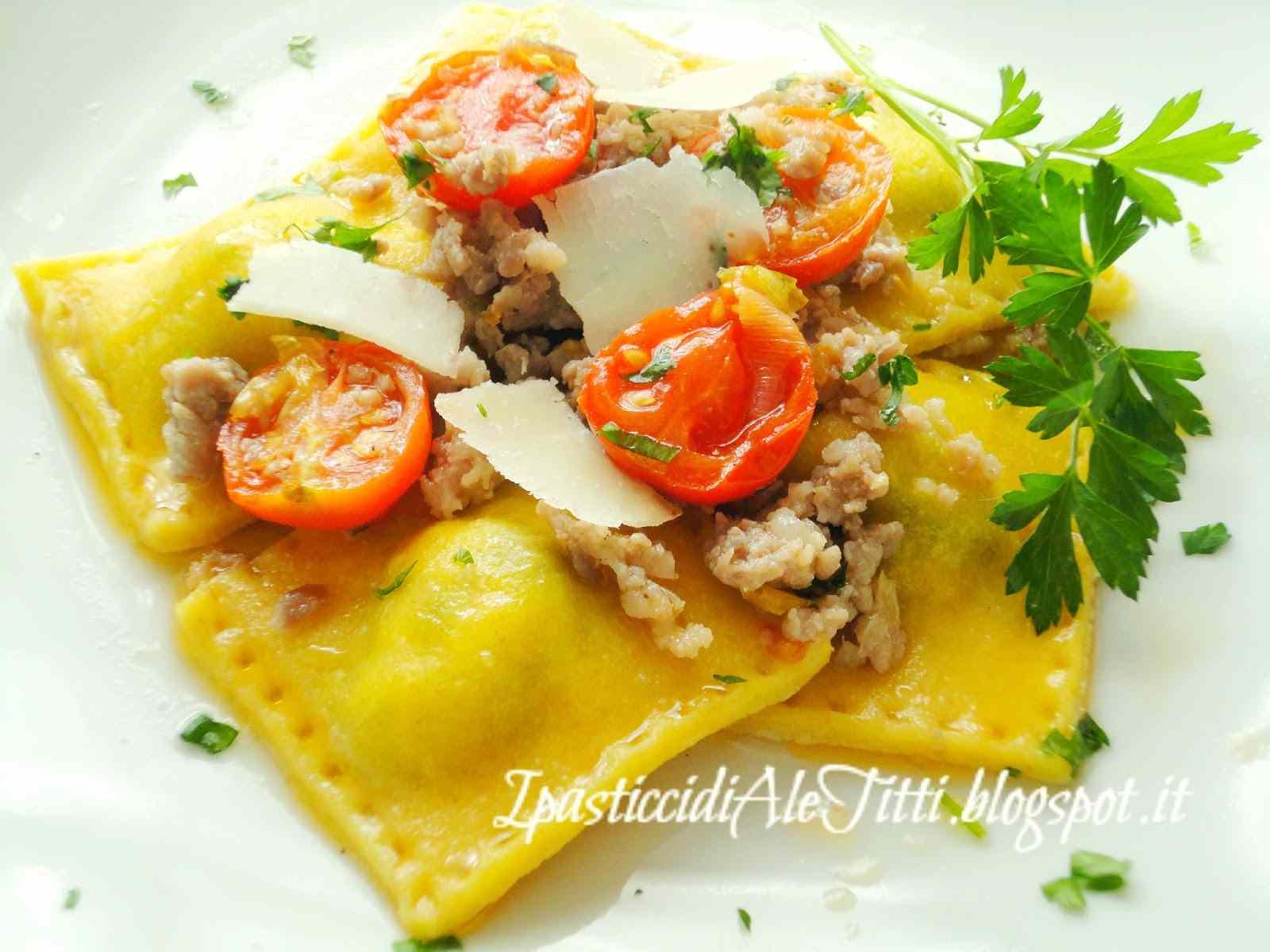 Ricetta: Ravioli di ricotta e spinaci con salsiccia, pomodorini e scaglie di parmigiano