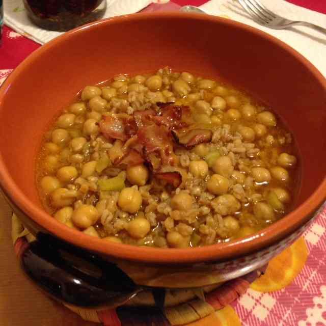 Ricetta: Zuppa di ceci e farro con pancetta croccante