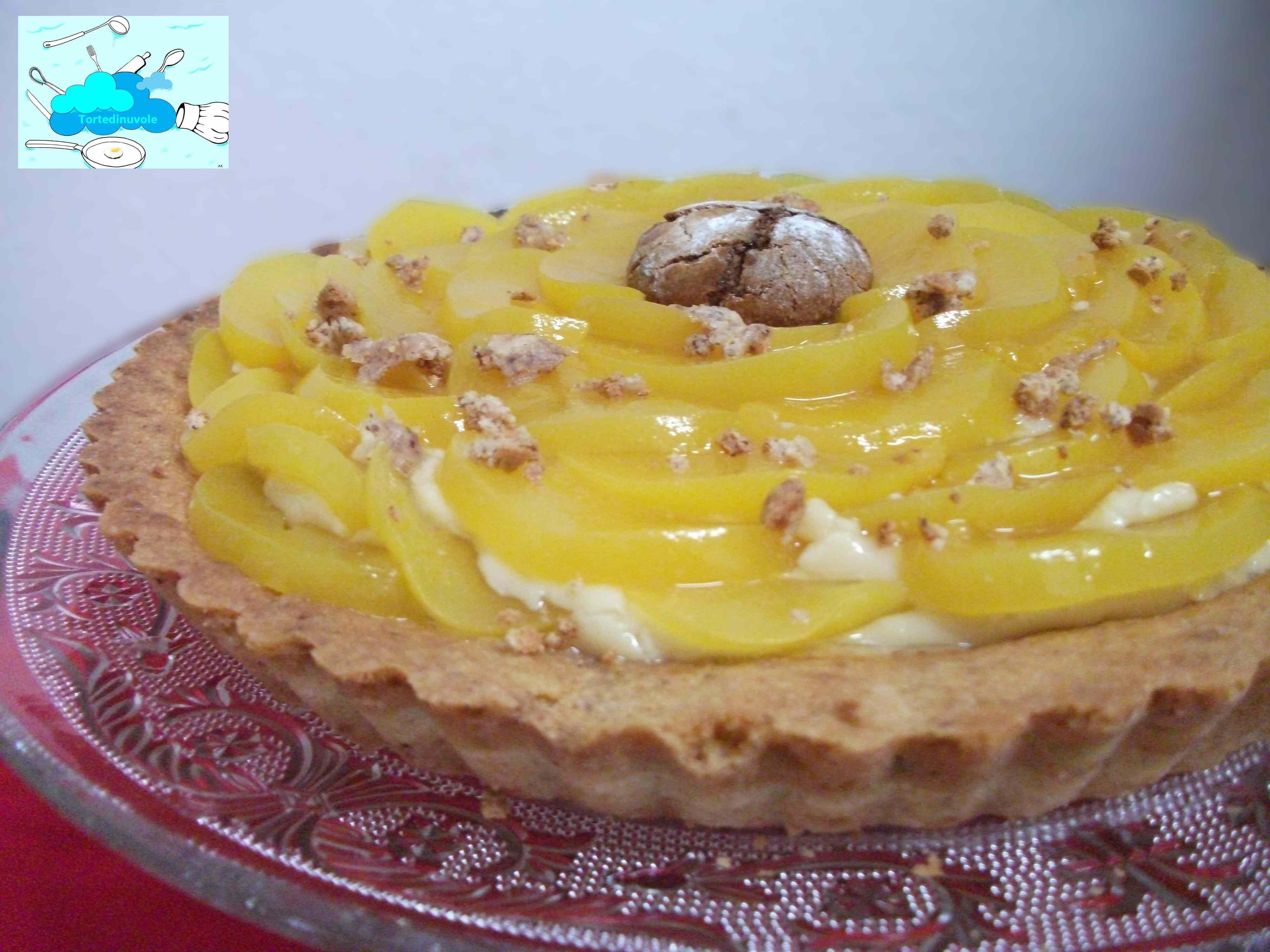 Ricetta: Crostata di amaretti con crema al marsala e pesche sciroppate