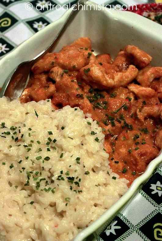 Bocconcini di pollo al curry con riso al vapore
