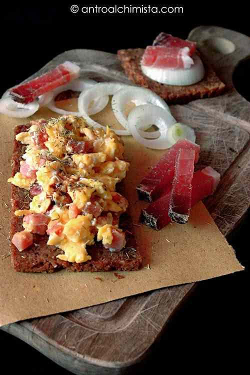 Ricetta: Crostino di pane integrale con uovo speck e cipolla