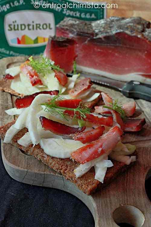 Ricetta: Crostino integrale con insalata di finocchio e speck croccante