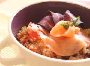 Insalata di quinoa salmone e carote viola