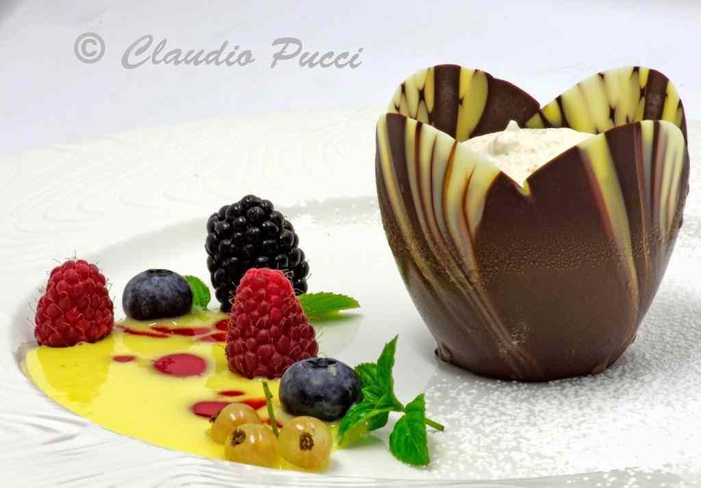 Tulipano di cioccolato al semifreddo di pesca con salsa vaniglia e frutti di bosco