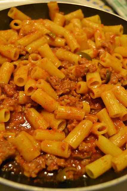 Ricetta: Maccheroncini salsiccia, olive e pomodori