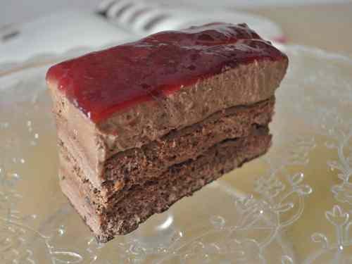 Torta fresca al cioccolato e frutti rossi
