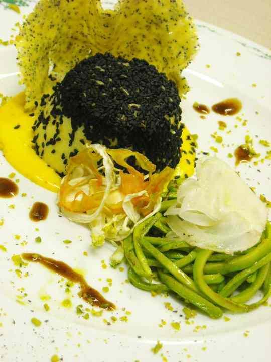 Flan di polenta con cuore di primo sale su fonduta allo zafferano