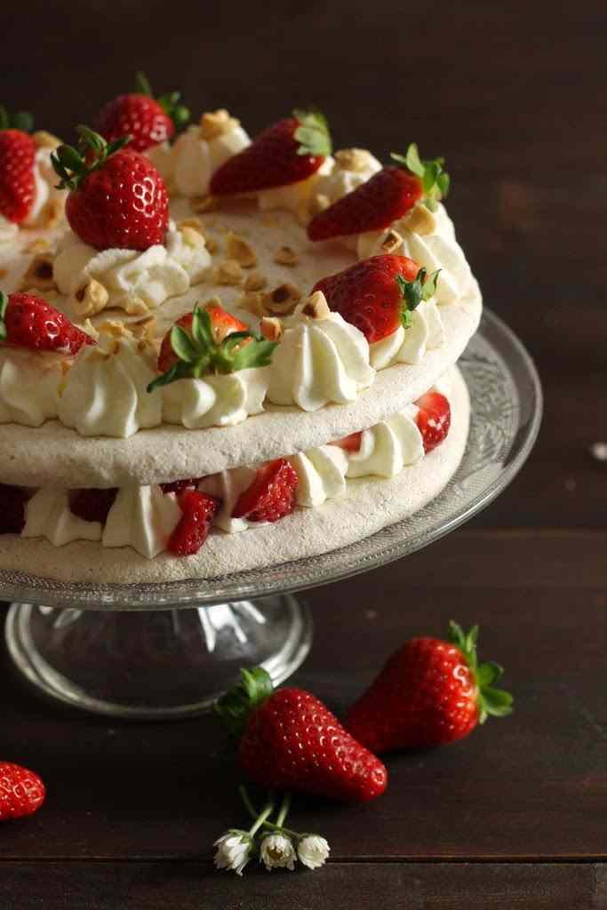 Ricetta: Torta di meringa alle nocciole e fragole