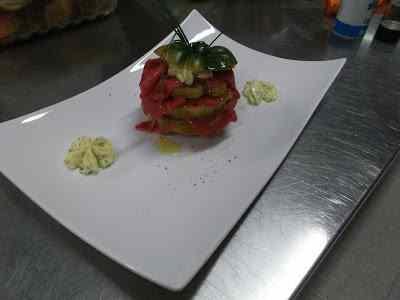 Ricetta: Millefoglie di manzo e pomodori verdi con maionese all'erba cipollina