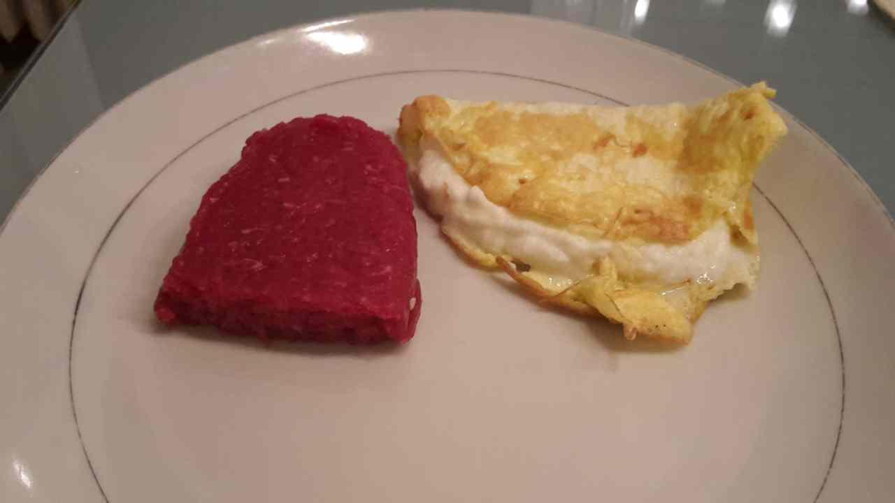 Ricetta: Tartare di manzo con omelette di uova di quaglia e spuma di bufala