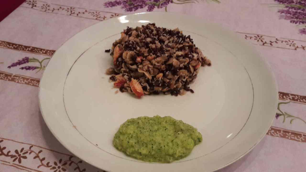 Ricetta: Riso venere con polpa di granchio, vongole e crema di zucchine