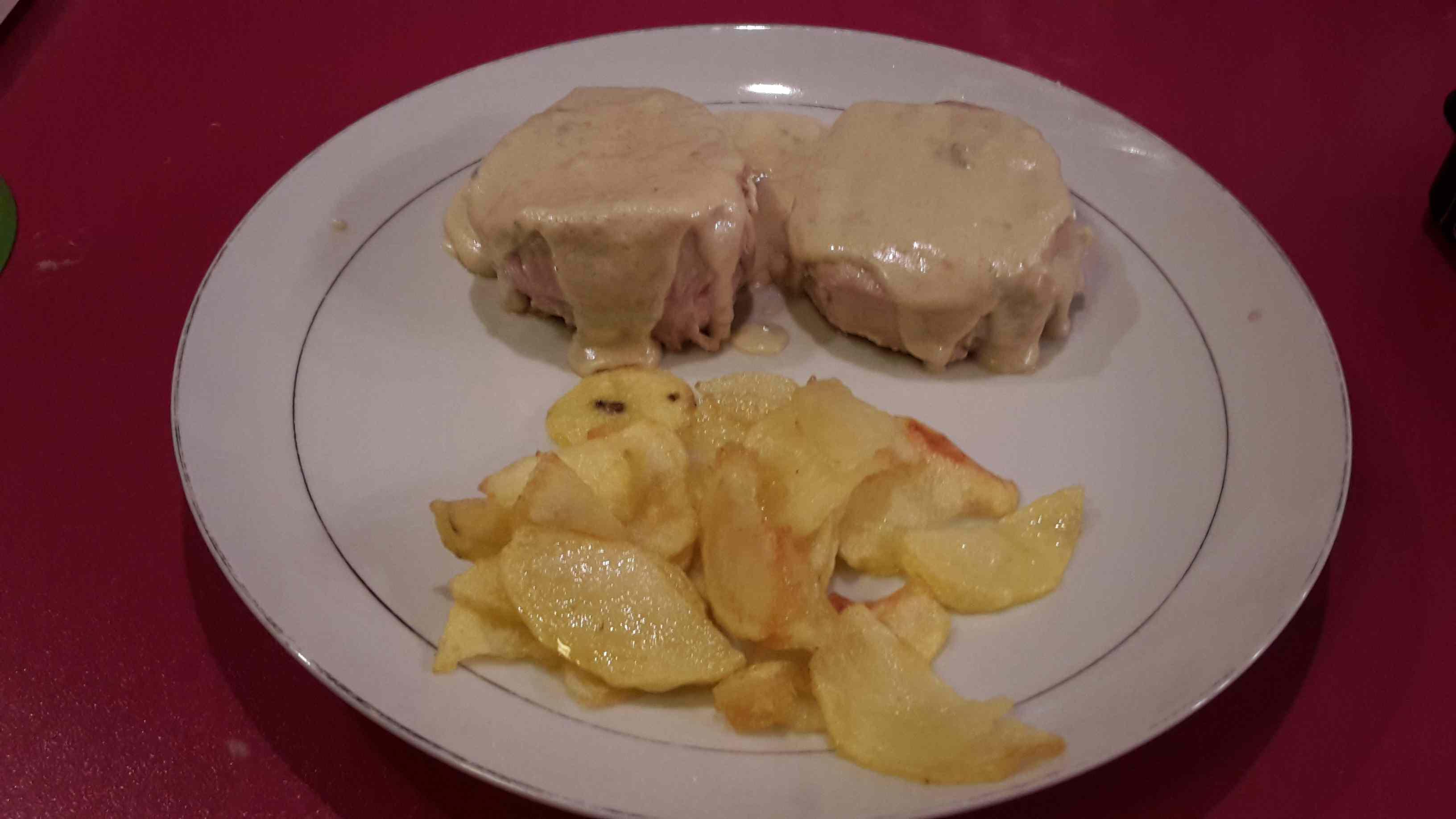 Medaglioni di vitello con salsa al gorgonzola e chips