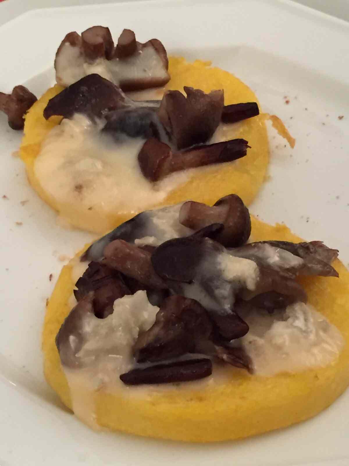 Medaglioni di polenta con gorgonzola e funghi porcini