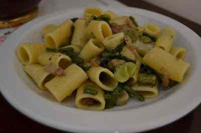Ricetta: Mezze maniche con asparagi, fave, guanciale e pecorino