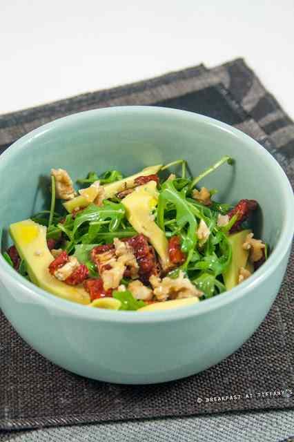 Ricetta: Insalata di rucola, noci, avocado e pomodori secchi