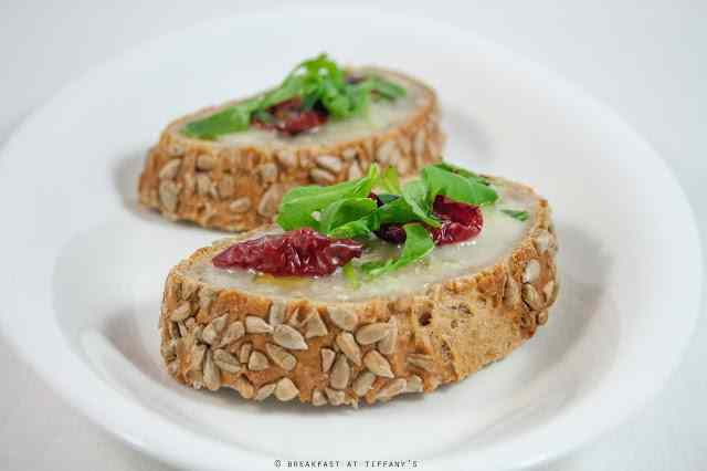 Ricetta: Bruschetta with sun dried cherry tomatoes and blue cheese