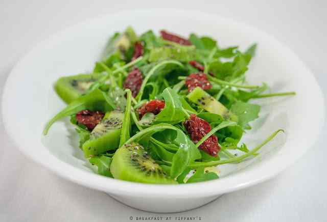 Ricetta: Insalata con pomodorini secchi, rucola e kiwi / Dried cherry tomatoes, rocket and kiwi salad recipe