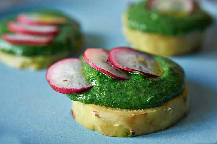 Ricetta: semolino agli spinaci con batata e ravanelli
