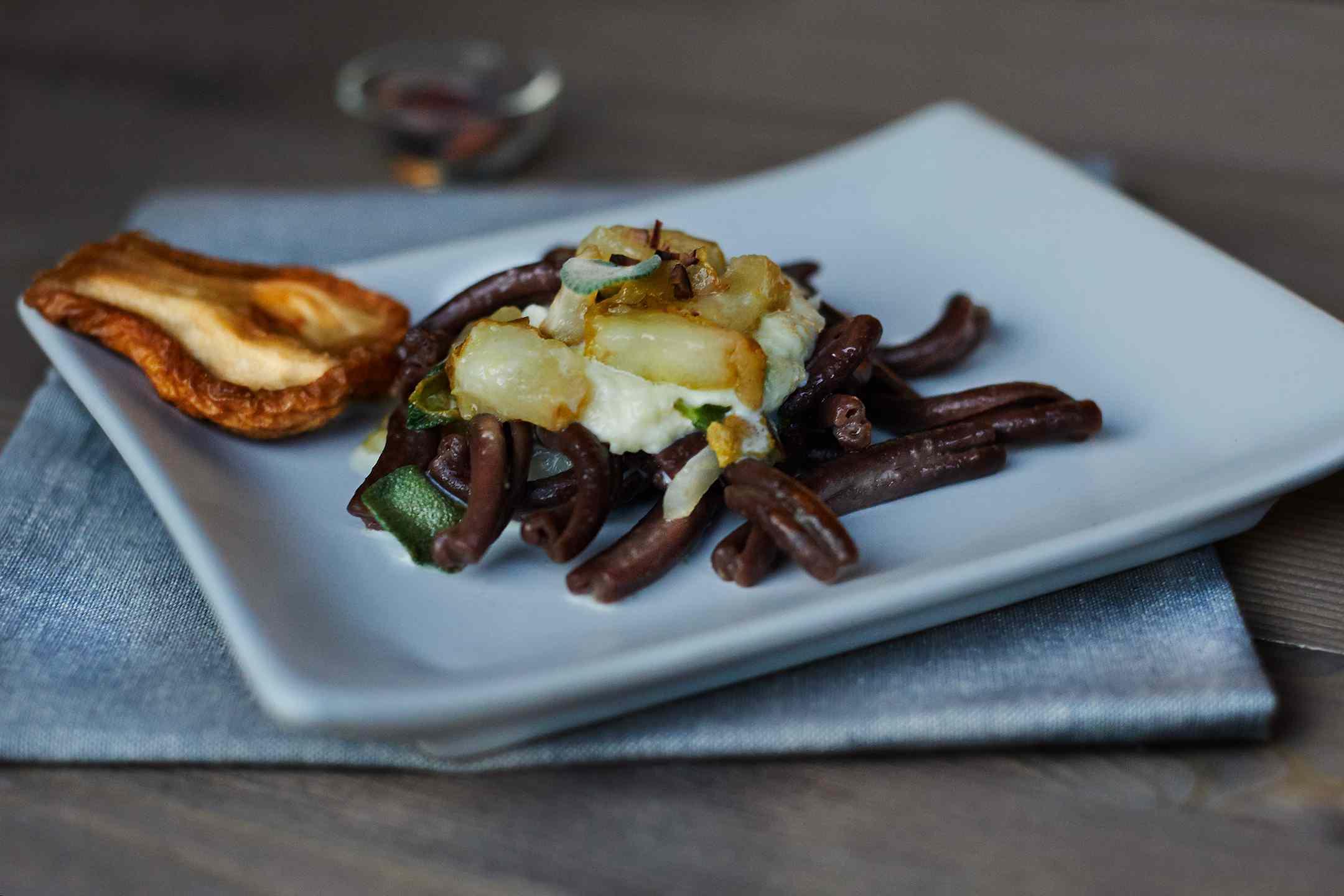 Ricetta: strozzapreti al cacao, pere e fonduta