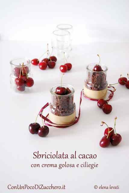Ricetta: Sbriciolata al cacao con crema golosa e ciliegie in doppia versione