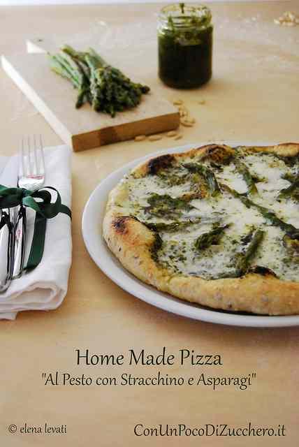 Ricetta: Pizza fatta in casa: al pesto con stracchino e asparagi