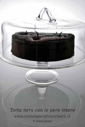 Ricetta: Torta nera al cioccolato con le pere intere