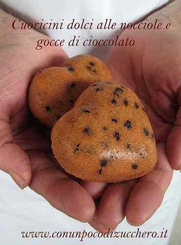 Ricetta: Cuoricini dolci alle nocciole e gocce di cioccolato