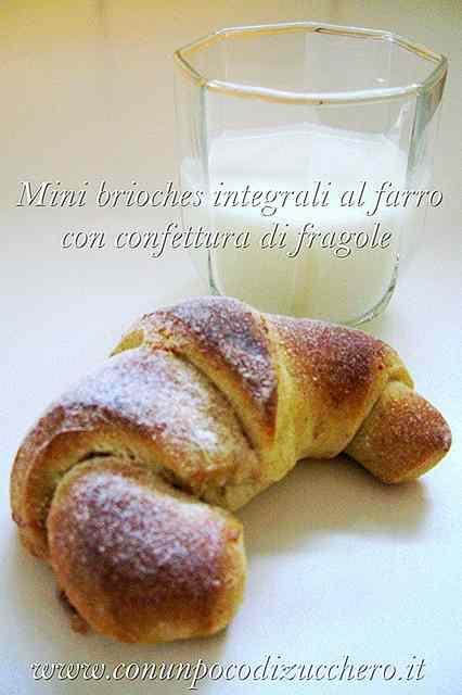 Ricetta: Mini brioches integrali al farro con confettura di fragole