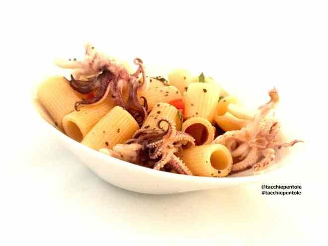 Ricetta: Insalata di pasta con ciuffi di calamaro. olive nere, pomodorini e basilico