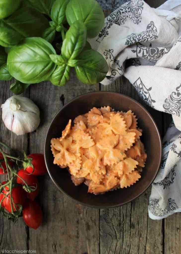 Ricetta: Pasta fredda con crema di ricotta, basilico e pomodorini