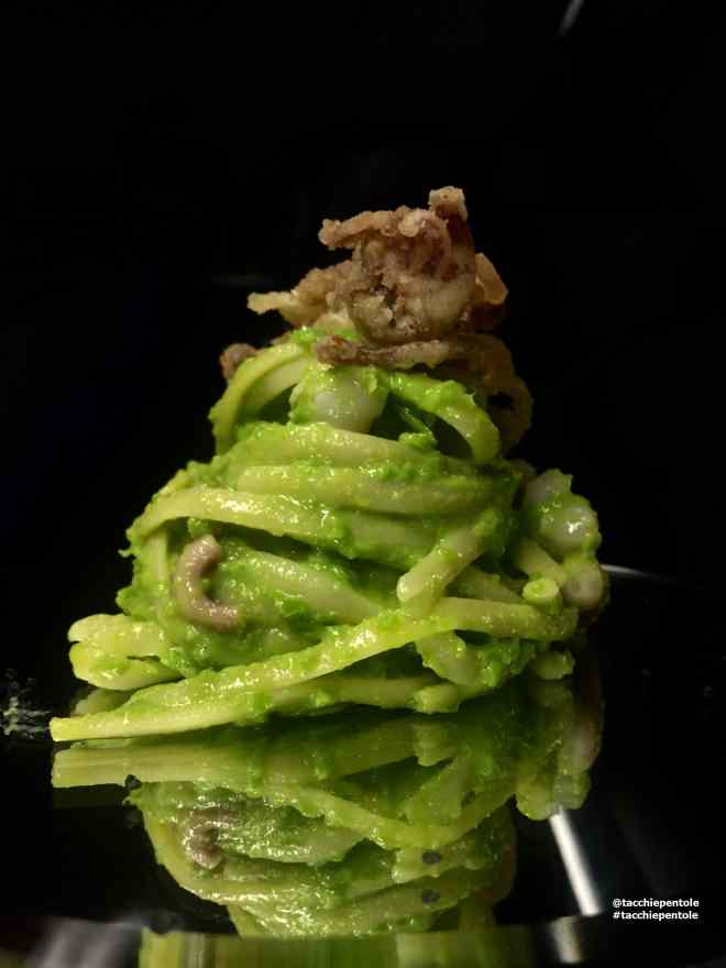 Ricetta: Linguine con crema di piselli, colatura di alici e ciuffi di calamaro croccante