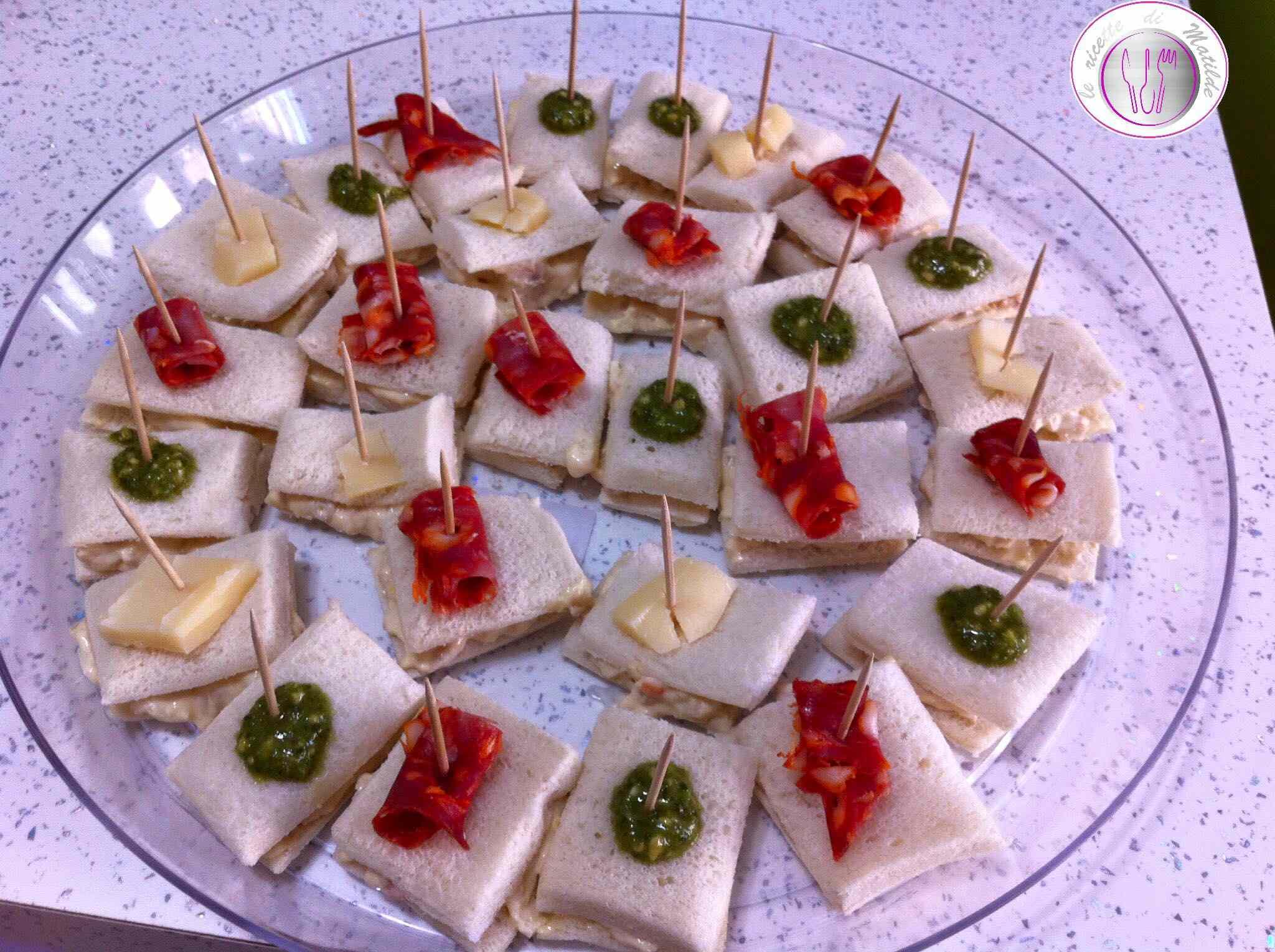Tartine al pesto, salame piccante e provolone