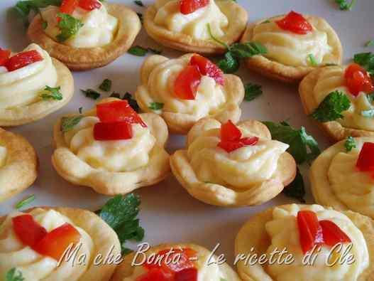 Ricetta: Fiorellini di brisee con crema pasticcera salata