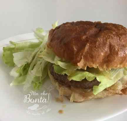 Hamburger con cipolle in agrodolce (sweet and sour onion hamburger)