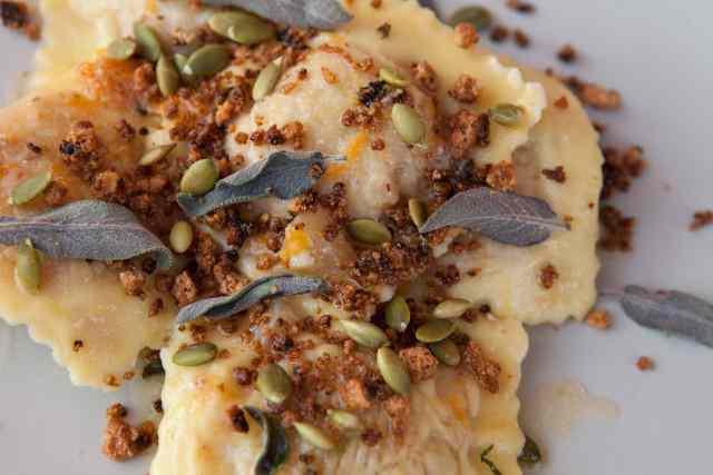 Tortelli di zucca con mostarda mantovana, amaretti  e ricotta