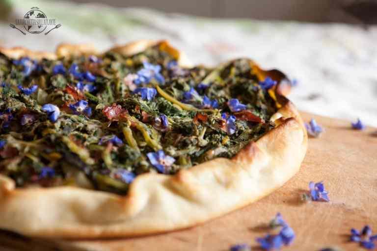 Torta salata con misticanza e fiori di borragine