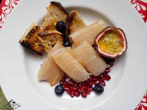 Insalata di pesce spada affumicato e frutta tropicale