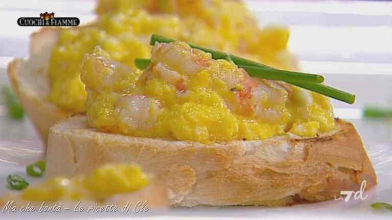 Ricetta: Uova strapazzate ai gamberi su crostini di pane di cle