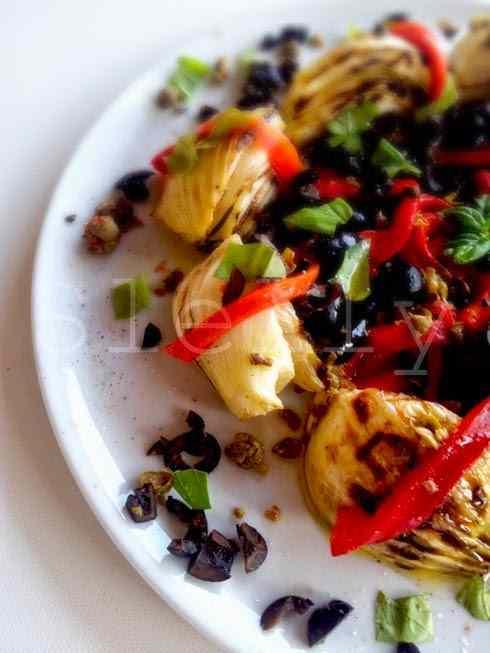 Ricetta: Insalata di finocchi grigliati e peperoni arrostiti con olive e capperi