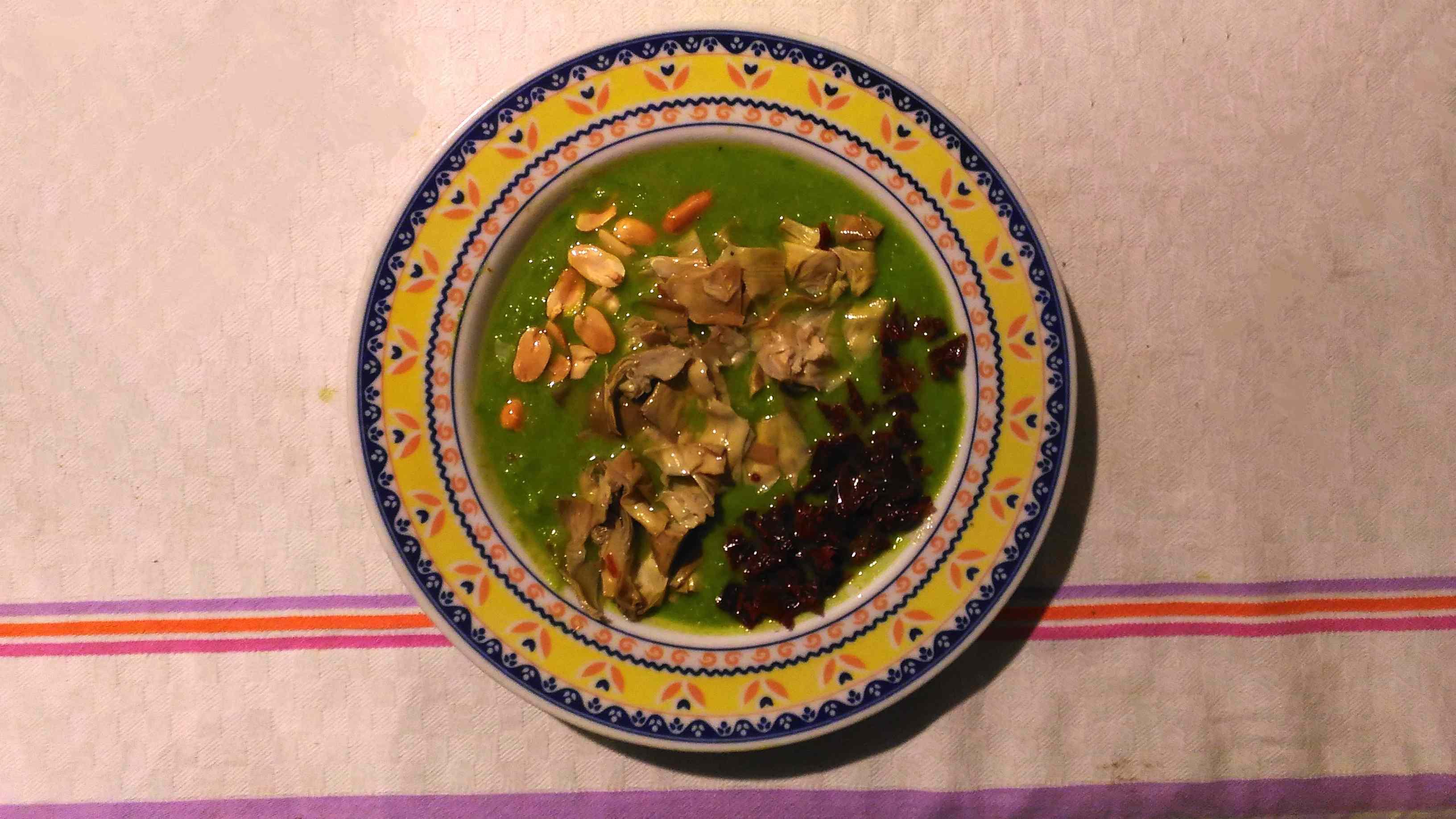 Vellutata di piselli con pomodori secchi e carciofini