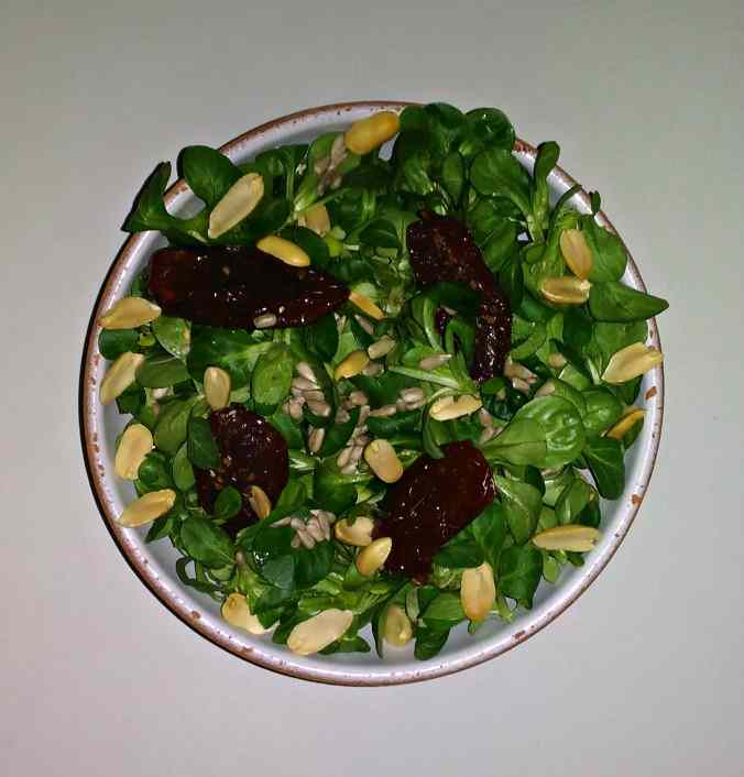 Insalata di valeriana, pomodori secchi, arachidi