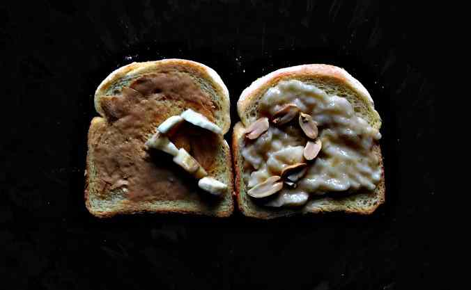 Toast con banana e burro d'arachidi