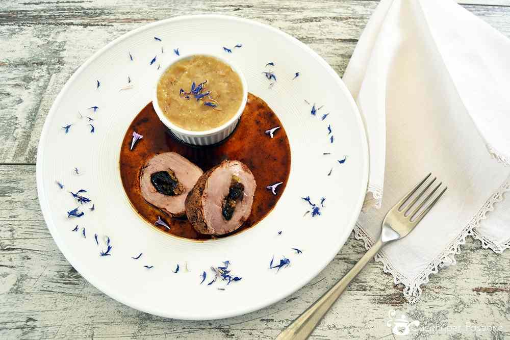 Ricetta: Filetto di Maiale ripieno di Prugne e Mele all'Idromele con Purea di Patate al Fiordaliso