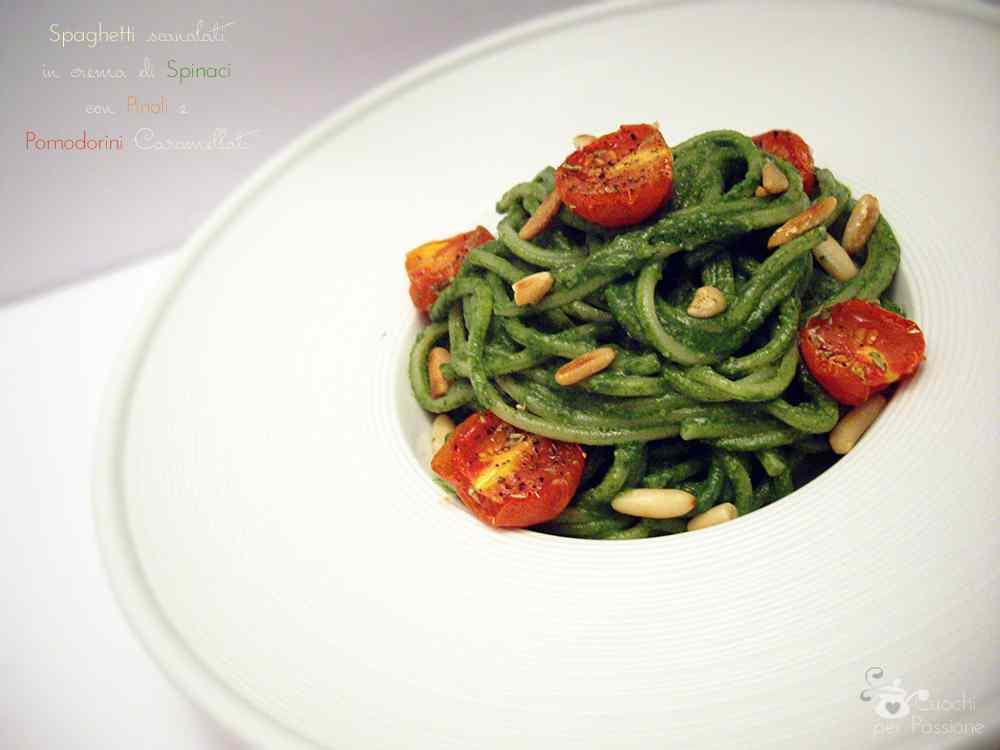 Ricetta: Spaghetti scanalati in crema di Spinaci con Pinoli e Pomodorini caramellati