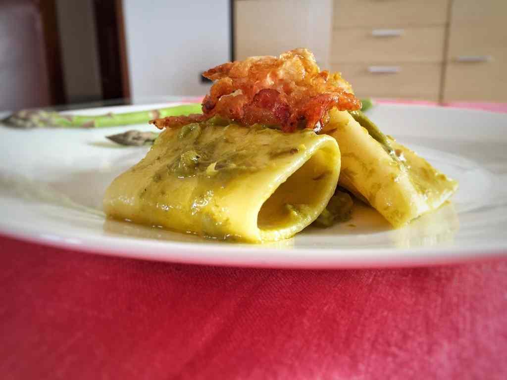 Ricetta: Paccheri con asparagi e chips di guanciale
