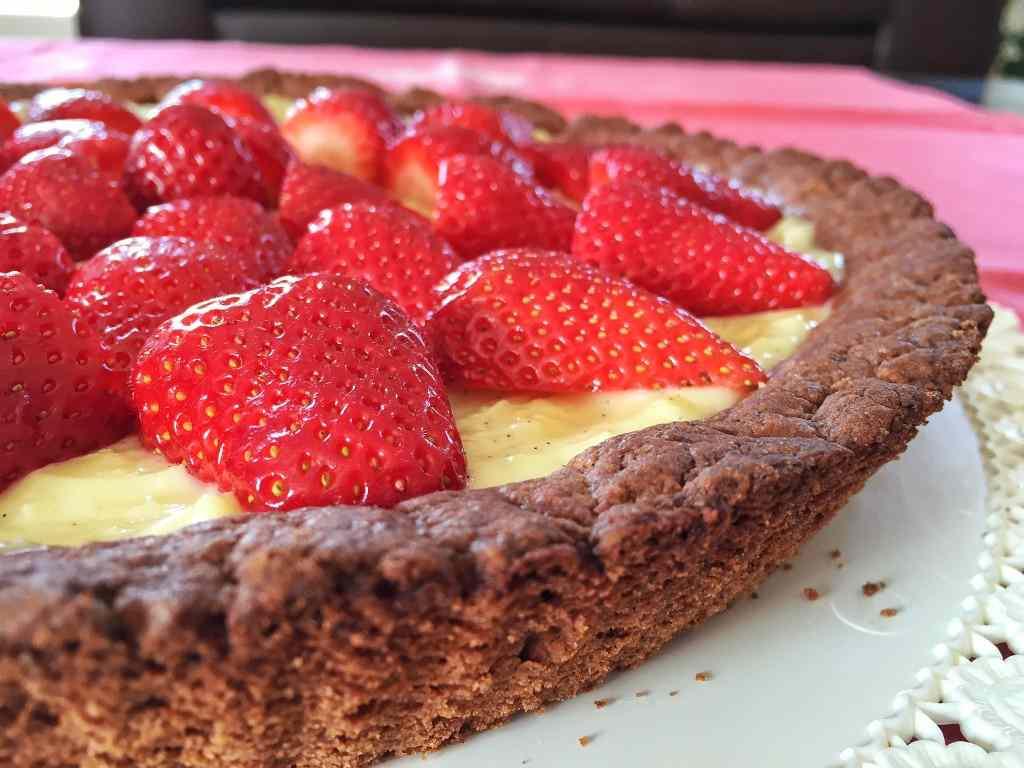 Ricetta: Crostata al cacao con crema e fragole