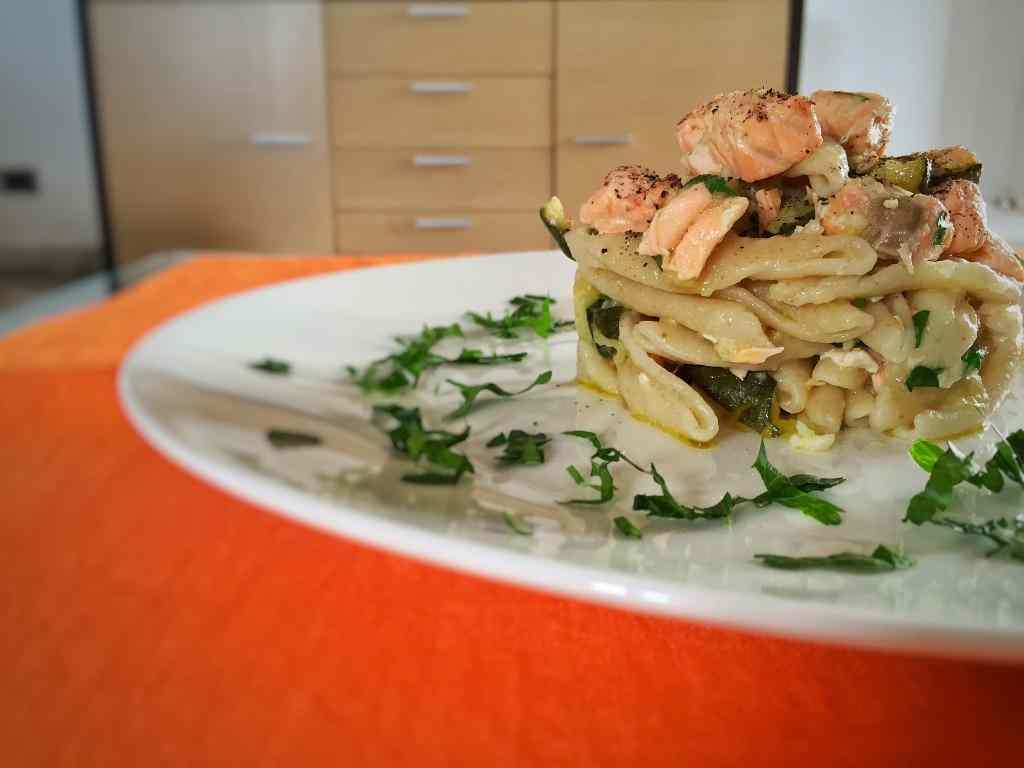 Ricetta: Maccheroni integrali con salmone, zucchine e yogurt