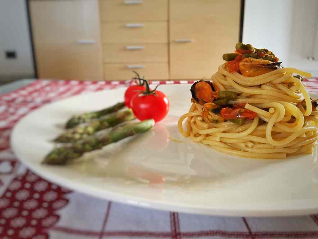 Ricetta: Spaghetti con asparagi, cozze e pomodorini